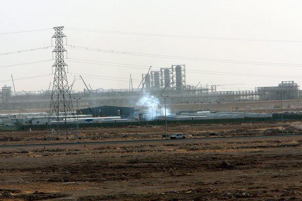 Fotografía de unas instalaciones petrolíferas en el yacimiento de Khurais, a unos 160 km de Riyadh, Arabia Saudita.