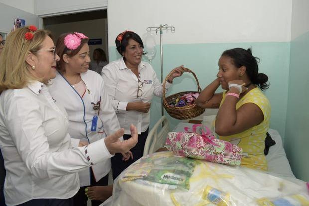 Plan de Asistencia Social de la Presidencia (PASP) realizó un agasajo a decenas de madres en la Maternidad de San Lorenzo de Los Mina.