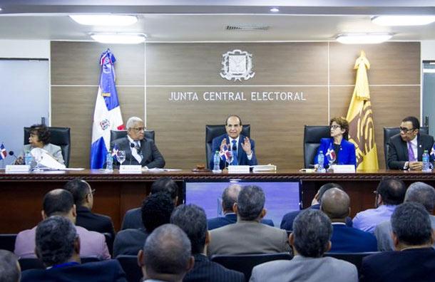 La Junta Central Electoral (JCE) informó este lunes que aprobó la designación de veedores de partidos políticos en sus direcciones de Informática y Elecciones a celebrarse el próximo domingo.