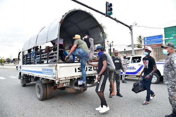 Ciudadanos detenidos durante el toque de queda decretado por el presidente Danilo Medina.