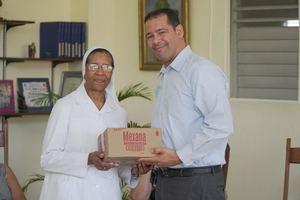 Polvo Medicado Mexana representado por su gerente de marca local, Erick Baldera, realizó visitas a hogares para ancianos.