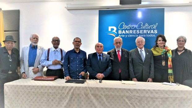 Ponentes en el panel junto al embajador Enrique Cadena.