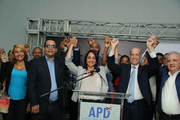 Dirigentes de la APD junto a la diputada Faride Raful.