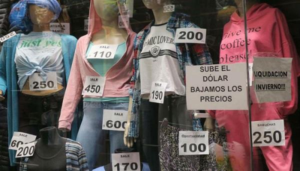 Los argentinos se preparan para fuerte inflación y esperan