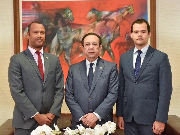 El Gobernador Héctor Valdez Albizu junto a los investigadores galardonados Francisco Ramírez y Miguel Jiménez.