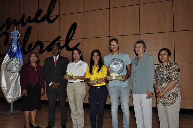 El Ministerio de Educación (MINERD) y la Facultad de Ciencias de la Universidad Autónoma de Santo Domingo (UASD) premiaron con trofeos y medallas a los estudiantes ganadores de las Olimpíadas Nacionales de Ciencias de la Naturaleza, que incluye Biología, Química y Física.