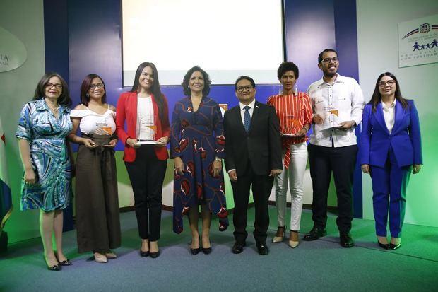 Cuatro periodistas fueron galardonados con el «Premio Periodismo por los Niños», auspiciado por la Vicepresidencia de la República y la organización no gubernamental World Vision.
