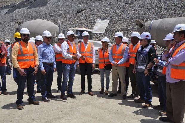 Director ejecutivo del Instituto Nacional de Recursos Hidráulicos (INDRHI), ingeniero Olgo Fernández y el Ministro de Hacienda, Donald Guerrero, acompañaron a los integrantes de la misión en un recorrido por las áreas de la presa de Montegrande.