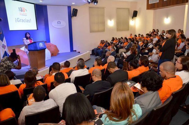 """La directora Interinstitucional de Recursos Humanos de la Vicepresidencia, Nereida Rodríguez, explica a los colaboradores de la Vicepresidencia y de las entidades que componen el Gabinete de Coordinación de Políticas Sociales (GCPS) los objetivos de la campaña """"100% Iguales""""."""