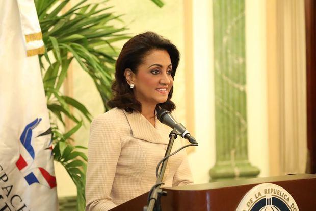 La primera dama Cándida Montilla de Medina durante el discurso central en la premiación de los pediatras.