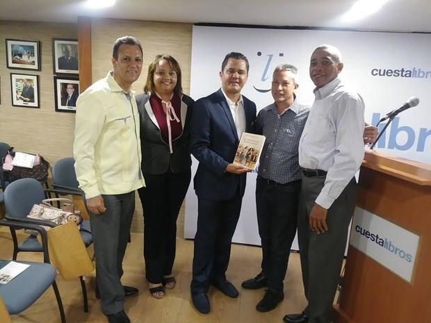 periodista y escritor dominicano Rolando Hernández cuyo libro fue presentado en la Libreria Cuesta, bajo el auspicio de la Editorial Santuario.