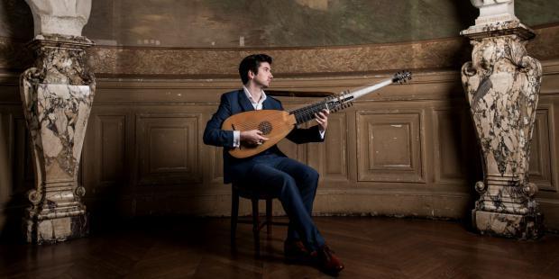 El laudista francés Thomas Dunford le sigue los pasos a Bach transcribiendo en su más reciente álbum dedicado al compositor alemán.