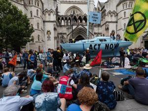 Los activistas situaron un barco azul frente al edificio del Tribunal Superior de Londres.