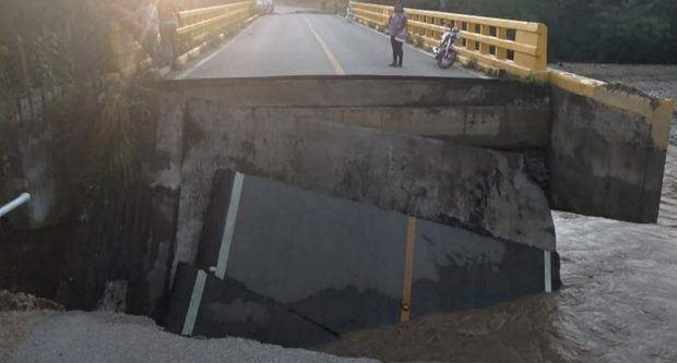 MOPC trabaja en rehabilitar un puente que colapsó en San Juan de la Maguana
