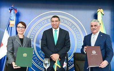 Ministros de Relaciones Exteriores Miguel Vargas y Kamina Johnson Smith.
