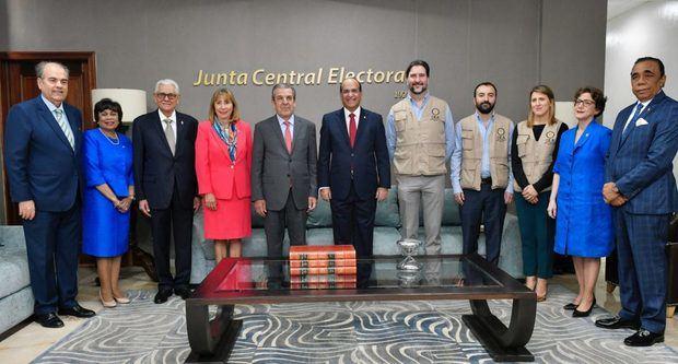 Jueces de la JCE se reúnen con observadores electorales de la OEA.