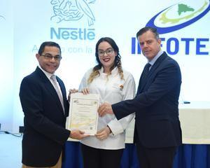 Rafael Ovalles y Pablo Weichers entregaron los certificados a los egresados del programa Mi Sabroso Negocio.