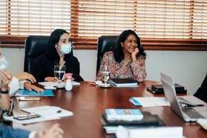 La Primera Dama, Raquel Arbaje escucha las explicaciones de Paula Disla.
