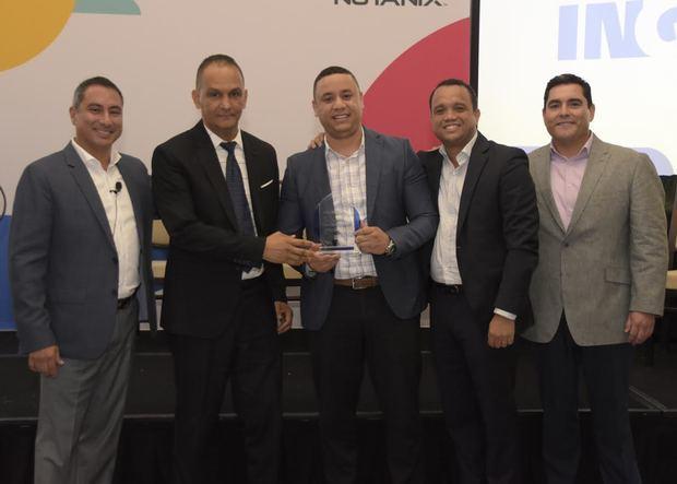 Los ejecutivos de Nutanix Latam, Gustavo Sosa, Jonathan Pache, y Willy Brun, entregan el reconocimiento a los representantes de Referencia Laboratorio Clínico, Alejandro Espinosa y Hansel García.