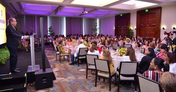 Reinaldo Pared Pérez habló brevemente en un encuentro -desayuno, en el Hotel JW Marriot, en Blue Mall.