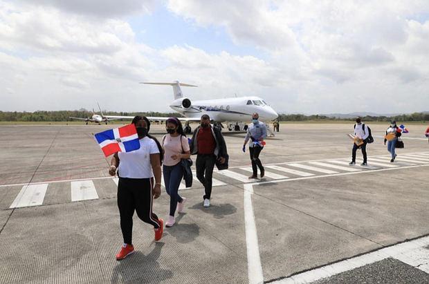 Doce dominicanos llegan al país desde Boston repatriados por Castillo