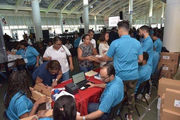 El Ministerio de Educación entrega más de 20 mil computadoras personales a profesores y técnicos.