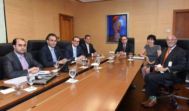 Gobernador Valdez Albizu recibe inversionistas internacionales