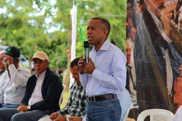 Comisión presidencial se reúne con productores en Castillo