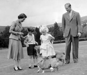 La reina Isabel II y el principe de Edimburgo junto a al príncipe Carlos y la princesa Ana.