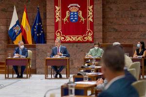 El rey Felipe (c), ha asistido este jueves al encuentro del Consejo Canario de Turismo celebrado en el Parlamento de Canarias junto al presidente de Canarias, Ángel Víctor Torres (i) y la ministra de Industria, Comercio y Turismo, María Reyes Maroto.