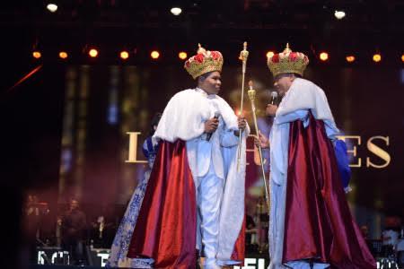 Los Reyes del Humor (tal cual se hacen llamar) llegaron al escenario como tales.