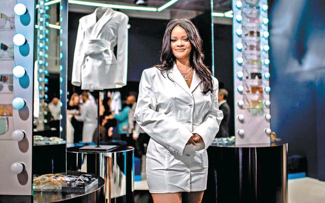 ed09ad49ab3ed6 Rihanna utilizó un minivestido chaqueta de color blanco con hombreras  pronunciadas. (Foto: EFE)