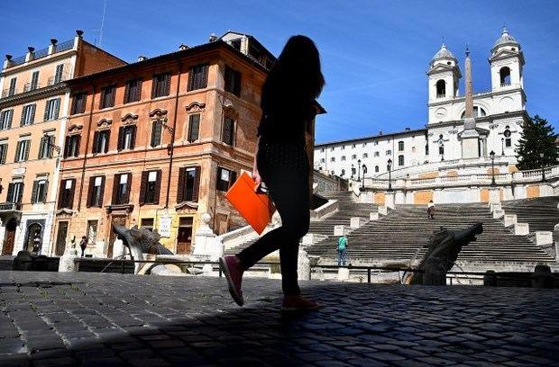 Roma empieza a desinfectar sus 337 iglesias católicas para reanudar las misas.