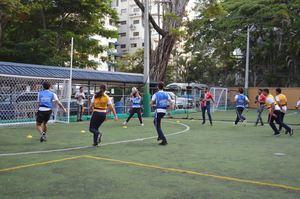 Estudiantes de los Dragones del SGS juegan Rugby.