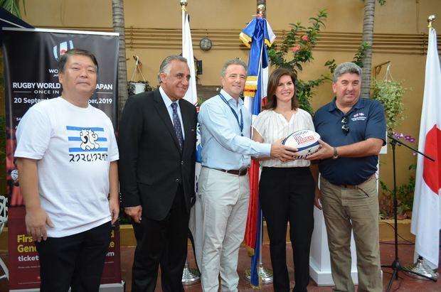 El embajador Británico Chris Campbell entrega a Karina Pablo de Redman y Antón Tejeda el balón de Rugby. Figuran Luisin Mejía y Maruhashi Shigetomo.