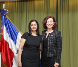 Embajadora Lourdes Victoria Kruse y Sra Anita Dezso de la Asociacion de amistad dominico-hungara