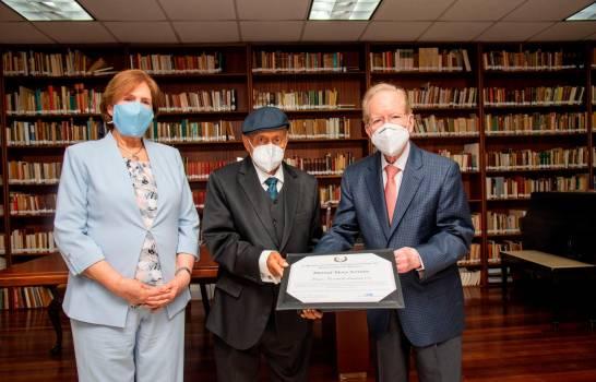 Poeta Manuel Mora Serrano recibe Premio Nacional de Literatura