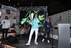 El artista de música urbana Sebastian Casanova, realizó la presentación en el restaurante La Ñapa Valley by Square One en Santiago.