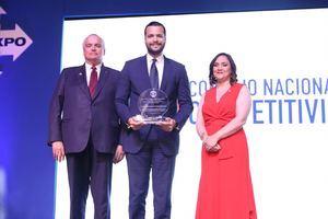 Rafael Paz, director ejecutivo de COMPETITIVIDAD recibe el galardón.