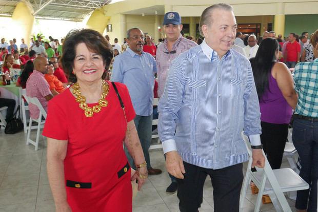 Selman y su esposa Gloria Mejía de Selman llegan al  evento.