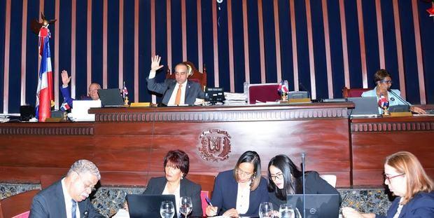 Miembros del senado en votación Proyecto de Ley que disuelve el Instituto Dominicano de Seguridad Social (IDSS).