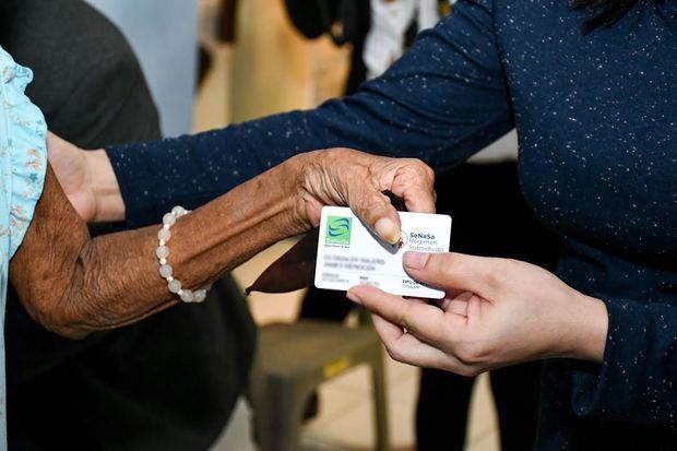 Conape y SeNaSa entregan seguros médicos a decenas de adultos mayores