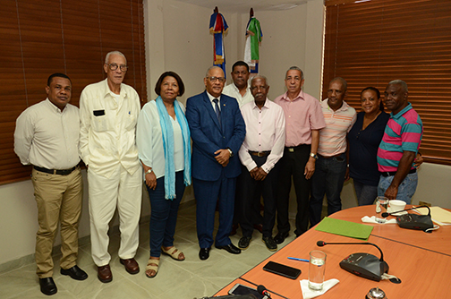 El gerente general del CNSS, Rafael Pérez Modesto recibe representantes del sector sindical.
