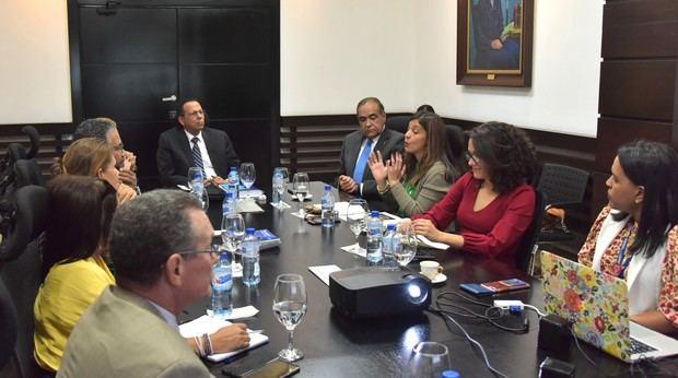 El ministro de Educación, Antonio Peña Mirabal realizó un encuentro con representantes de la Universidad Iberoamericana (UNIBE)