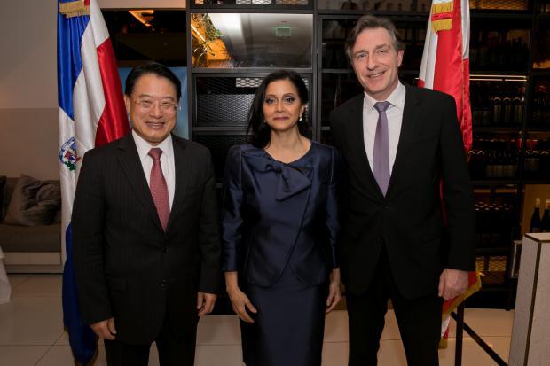 Sr Li Yong, director general de ONUDI, la embajadora Victoria Kruse y el embajador Enno Drofenik.