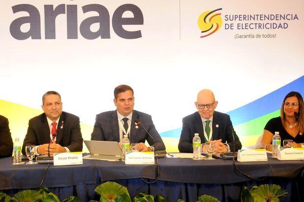 El presidente de la Asociación Iberoamericana de Entidades Reguladoras de Energía (ARIAE), André Pepitone junto a miembros participantes  de la asamblea.