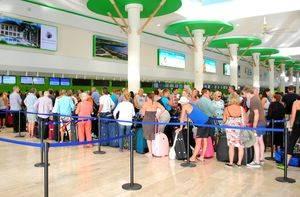 Imagen tomada esta tarde en el Aeropuerto Internacional de Punta Cana, tras la reanudación de las llegadas y partidas de vuelos tras el paso el Huracán María.