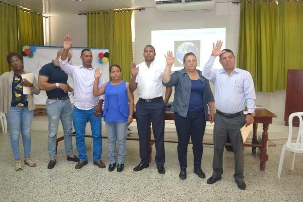 Momento en que toman juramento los integrantes del equipo de coordinación sobre cambio climático de las provincias Hermanas Mirabal y Duarte.