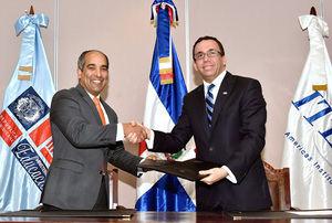 José Armando Tavárez, director del ITLA, y el ministro de Educación, Andrés Navarro