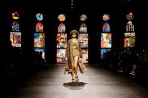 La colección primavera-verano 2021 de Dior, presentada en la pasarela de París, estuvo cargada de capas bordadas, vestidos fluidos y chaquetas tipo kimono.